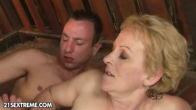 Porno Video of Helping The Neighbor Lady