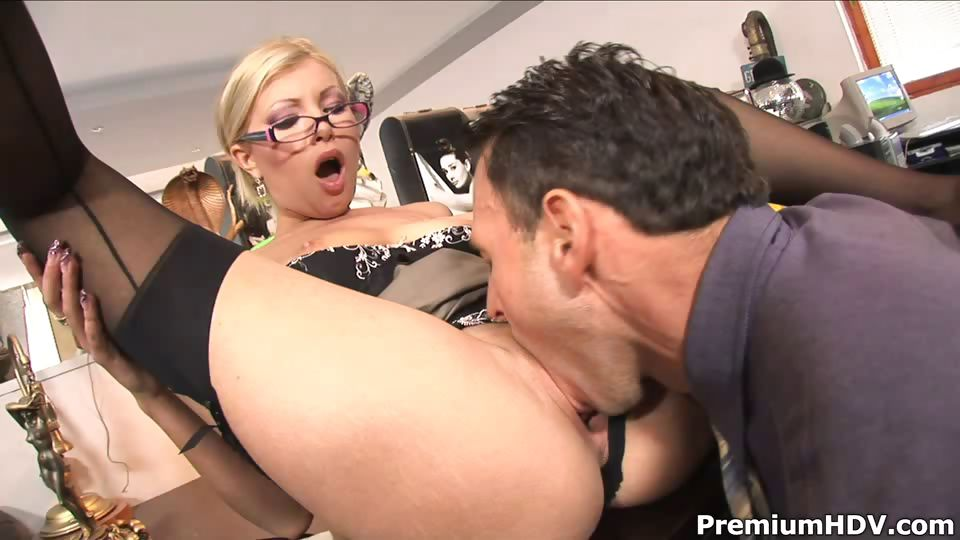Porno Video of Office Slut Donna Bell Gets Rammed