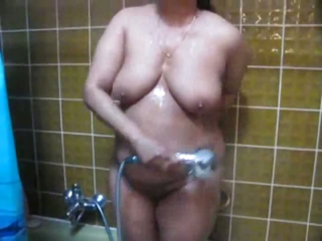 Porno Video of Lucknow Housewife Soaping