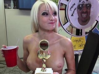 Stacked Blonde Rikki Šest Dostane Její Kundička Potěšen A Fouká Velký Hůl
