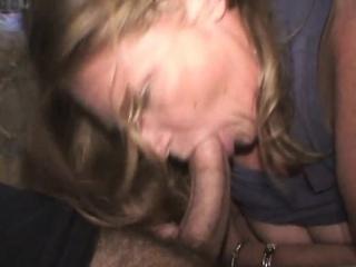 Dojrzała Blondynka Kurwa Eksponuje Swoje Cycki I Mleczka Kutasa Z Jej Ustami