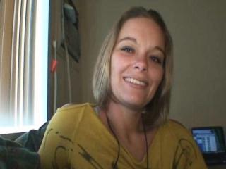 Blondă Fără Blană Cu Un Zâmbet Drăguț Își Pune Gura Să Lucreze La O Pula Mare