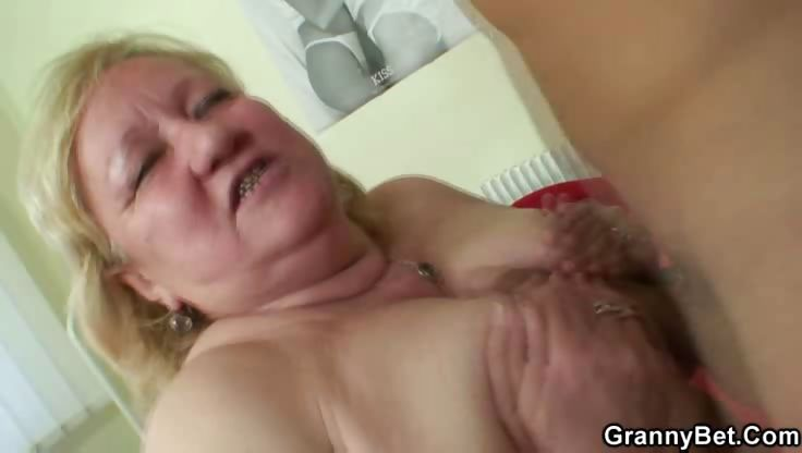 Porno Video of Young Meat Inside Mature